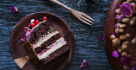 Wegański tort karobowy z sezamowym kremem jaglanym i suszoną morwą